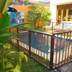 Freestanding pool fence
